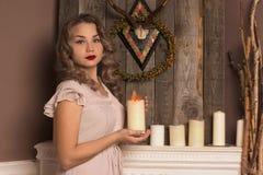 Menina que guarda uma vela Imagem de Stock Royalty Free