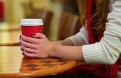 Menina que guarda uma xícara de café Imagem de Stock Royalty Free