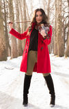 Menina que guarda violine nas mãos Imagens de Stock Royalty Free