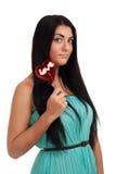 Menina que guardara doces do coração fotografia de stock royalty free