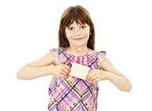 Menina que guardara o cartão vazio foto de stock