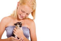 Menina que guardara o gatinho Fotografia de Stock Royalty Free