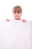 Menina que guardara a placa de cartão Imagem de Stock Royalty Free
