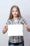 Menina que guardara um sinal vazio Imagens de Stock