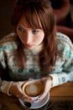 Menina que guardara uma chávena de café Fotografia de Stock Royalty Free