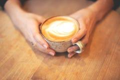 Menina que guardara uma chávena de café imagem de stock royalty free