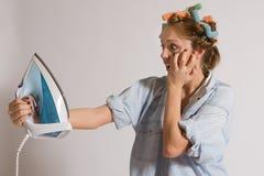 Menina que houseworking Fotos de Stock Royalty Free