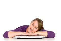 Menina que inclina-se em um portátil Foto de Stock Royalty Free