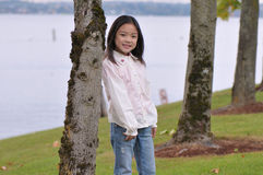 Menina que inclina-se na árvore Fotografia de Stock