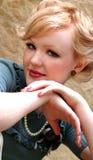 Menina que inclina-se nas mãos fotografia de stock