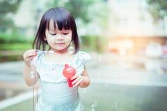 Menina que joga bolhas de sopro imagem de stock royalty free