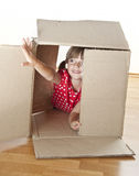 Menina que joga a caixa interna Foto de Stock Royalty Free