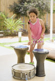 Menina que joga cilindros Foto de Stock Royalty Free