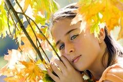 Menina que joga com as folhas Foto de Stock