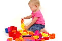 Menina que joga com blocos Imagens de Stock