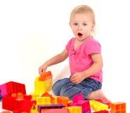 Menina que joga com blocos Fotos de Stock Royalty Free
