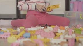 Menina que joga com blocos de apartamentos filme