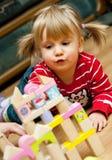 Menina que joga com blocos de madeira imagem de stock royalty free