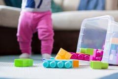 Menina que joga com blocos plásticos imagens de stock royalty free