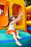 Menina que joga com bolhas Fotos de Stock