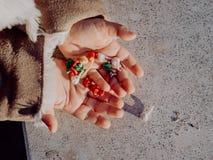 Menina que joga com bombas, foguetes coloridos fotografia de stock