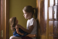 Menina que joga com a boneca na casa Foto de Stock