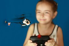 Menina que joga com brinquedo do helicóptero fotos de stock royalty free