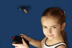 Menina que joga com brinquedo do helicóptero imagem de stock royalty free
