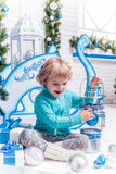 Menina que joga com brinquedos do Natal imagens de stock royalty free