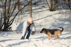 Menina que joga com cão Fotos de Stock Royalty Free