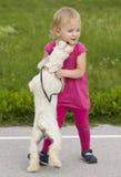 Menina que joga com cão Foto de Stock Royalty Free