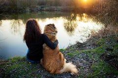 Menina que joga com cão-pastor caucasiano, outono fotografia de stock royalty free