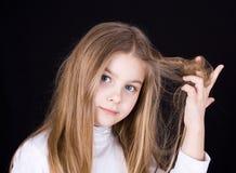 Menina que joga com cabelo fotografia de stock royalty free