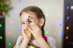 Menina que joga com cortadores da cookie Fotografia de Stock Royalty Free