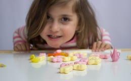 Menina que joga com doces Imagem de Stock Royalty Free