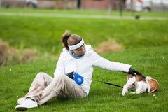 Menina que joga com filhote de cachorro Foto de Stock Royalty Free