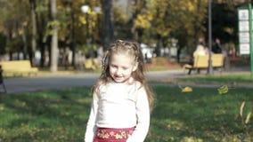 Menina que joga com folhas vídeos de arquivo