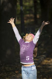 Menina que joga com folhas Foto de Stock