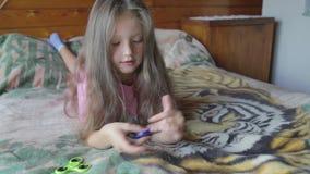 Menina que joga com girador vídeos de arquivo
