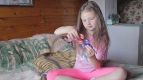 Menina que joga com girador video estoque
