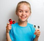 Menina que joga com girador da inquietação Imagem de Stock