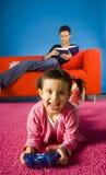 Menina que joga com jogo de computador Fotografia de Stock