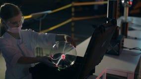 Menina que joga com a lâmpada da esfera do plasma video estoque