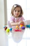 Menina que joga com massa de pão do jogo Fotos de Stock