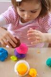 Menina que joga com massa de pão do jogo Foto de Stock Royalty Free