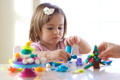 Menina que joga com massa de pão do jogo Fotografia de Stock Royalty Free
