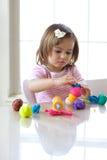 Menina que joga com massa de pão do jogo Imagens de Stock Royalty Free