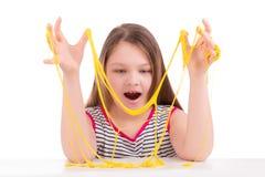 Menina que joga com muco Fotografia de Stock