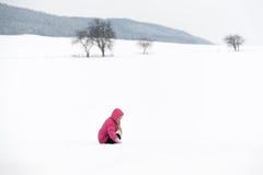 Menina que joga com neve Fotos de Stock Royalty Free