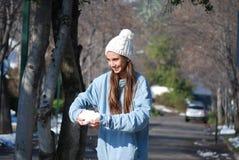 Menina que joga com neve Fotografia de Stock Royalty Free